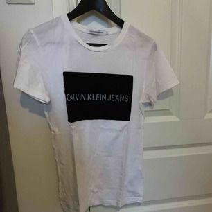 Calvin Klein t-shirt. I mycket fint skick. Använd högst 3 gånger! Frakt ingår!