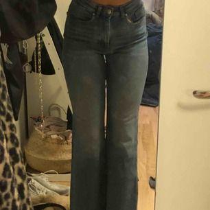 high waisted jeans storlek ca passar har storlek 25/26 o dom passar mig har stryckigt på en patch i bak pga hål under