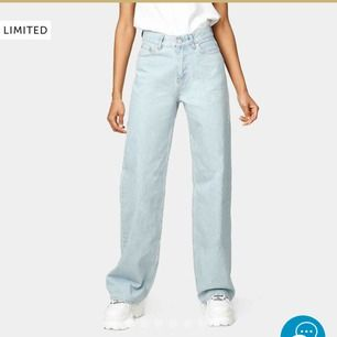 Jätte fina junkyard jeans som är ganska nya, nypris när jag köpte dom var 600 kr, säljer pga att dom är lite för stora för mig. Liten slitning längst ner för dom e långa på mig o släpat i marken, annars bra skick