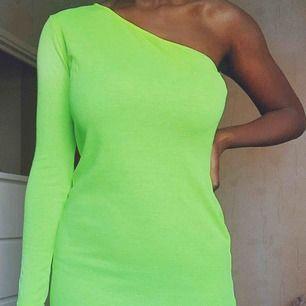 Stark grön klänning, aldrig använt! plagget är super skönt!🎾🎾 (60kr frakt)
