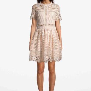 Säljer min By Malina emily flower dress pga används alldeles för lite. Skick som ny. Champagnefärgad