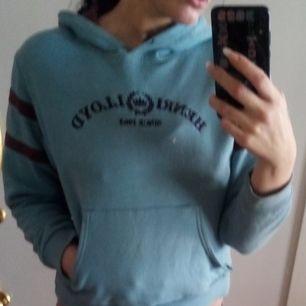 En äkta tröja från Henry Lloyd's I himmel blå färg..  Är barn storlek men är som en xs även liten s..