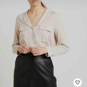 Säljer denna superfina beigea skjortan eftersom den tyvärr har blivit för liten🥺Priset är 150kr inkl. frakt!💗💗💗