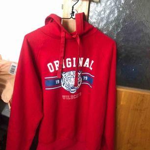 Röd hoodie från gina, storlek L men mer som M.