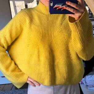 Stickad tröja, perfekt nu i påsk:)) vida armar och lite kortare modell, såå mjuk och skön!!💘💘