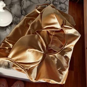 Ny klänning i guldfärg som är endast testat. Klänningen har ljustebar 🌸. Säljer den vidare eftersom jag tyckte inte om längden på mig, den slutar strax vid knäa. Storlek S 😊.Den är från jättefin stretching tyg 🌸. Frakt tillkommer 44kr.🌸