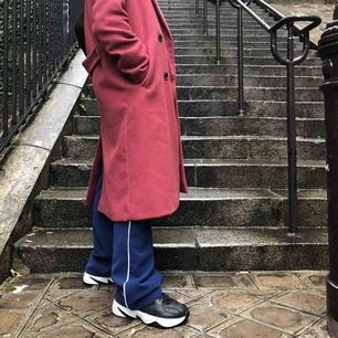 Kostymbyxor från Samsøe Samsøe i strl XS. Passar dock som S. Köpte dem för 899kr & säljer de billigt då det finns ett litet hål vid ankeln (som inte syns då de är pösiga vid benen på mig som är 162 cm) köpare står för frakt.