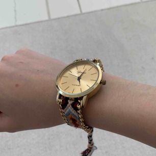 Snygg klocka med coolt mönster. Det går att justera storlek! Mycket bra skick, knappt använd. Kan mötas upp i kungsbacka eller frakta. 🌸🤗