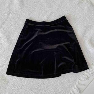 Snygg sammet kjol. (Skater skirt) Köpt på American Apparel för några år sedan. Använd ett fåtal gånger, men väldigt sällan eftersom den var för stor på mig. 🌸