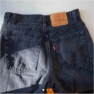 Skitsnygga raka Levis 505 Svarta Jeans!  Köpta av en tjej här på Plick men var tyvärr för stora för mig! Använda 2-3 gånger så i nyskick! skitsnygga om man klipper hål oxå!  Nypris för denna modell ligger runt 1200kr Priset är   exklusive frakt 💘💕💗