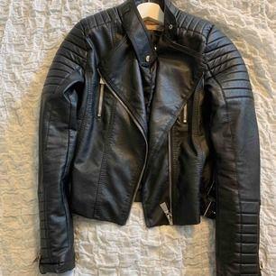 Chiquelle Moto jacket. Svart med detaljer. Bra skick inte använt den mycket Nypris 699kr säljer för 300kr  Köparen står för frakten