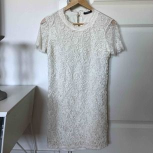 Jättefin klänning i spets från Zara. Använd ca 2-3 gånger.