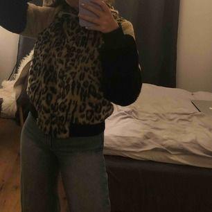 Gosig leopardjacka från Nelly!! Använd fåtal gånger, frakt tillkommer🦋💕