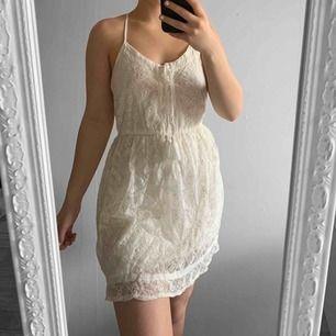 Benvit spetsklänning från hollister storlek XS i fint skick.  Möts upp i Stockholm eller fraktar. Frakt kostar 59kr  extra, postar med videobevis/bildbevis. Jag garanterar en snabb pålitlig affär!✨