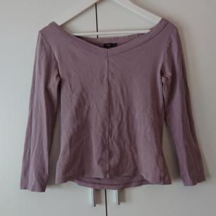 Filippa K offshoulder-tröja. Fint skick! (Obs! Se liten fläck på bild tre) köparen står för frakten!