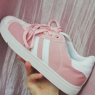 Ett par supersöta rosa/vita skor i mjukt velvetmaterial. Använda 1 gång och köpta i Finland för ca ett halvår sedan. Orginalpris 49.90€/547 kr. Pris kan diskuteras och frakt tillkommer! Tar endast swish ❤️