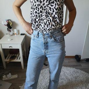 Linne från Ginatricot I leopardmönster, sitter ledigt på kroppen, passar perfekt en varm sommardag till ett par ljusa jeansshorts!