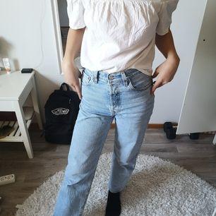 En vit off shoulder tröja i bomullsmaterial från Ginatricot. Väldigt skön och luftig! Använd ett par gånger - finns en liten fläck på framsidan men jag skulle tro att den går att tvätta bort. Priset är exklusive frakt