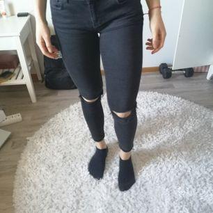 Ett par svarta jeans med hål vid knäna, passar storlek 36/38. Stretchiga och sköna, använda max 2 ggr