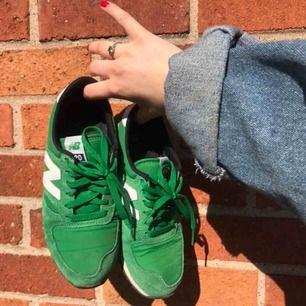 Asballa Newbalance-sneakers i modellen 420 köpta vintage men kommer inte till användning längre tyvärr. Storlek 37,5 men lite mindre i storleken, passar mig som har 36/37