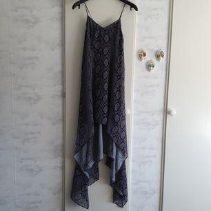 Jättefin klänning från Divided HM. Klänningen är använd en gång, så som ny! Har en dragkedja på sidan. Längre bak än fram, med längd på sidorna som nuddar marken precis på mig, jag är 158 cm. Finns i Göteborg, priset är med frakt