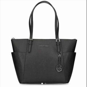 Så fin väska som varit tillförsäljning tidigare! Jag har nu valt att sänka priset till 500 kr. Väskan är i ett jättefint skick och är svart med silvriga detaljer. Hör av dig om du är intressaerad❤️❤️