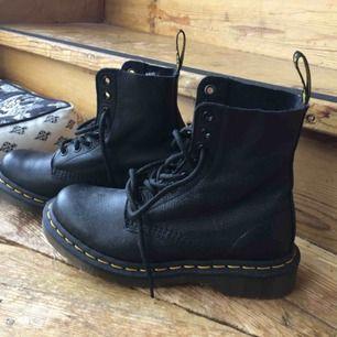 Dr Martens Pascal i svart, använda en gång! Säljes pga mina fötter inte klarar Dr Martens skor 😅 skickas mot frakt 80kr, hämtas i Gävle.