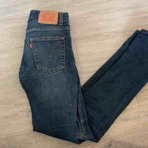 Säljer mina superfina Levis jeans då dom blivit för små! Modellen är 510 skinny. Det finns ett litet hål på knät men det går att fixa!