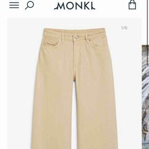 """Säljer dessa jeans från Monki! De har blivit för stora för mig så därför säljs de. Det är storlek 34 hos monki så i """"vanlig"""" storlek är det en 42/44 ungefär. Använda kanske 4 gånger så inte slitna alls. Finns i Karlskrona men kan även skicka!✨🦋"""