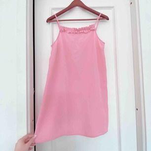 Rosa A-formad kortare klänning i strl S. Lapp kvar ☺️ 150kr inkl frakt 🥳