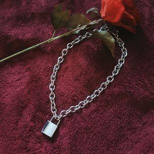 Häftigt tyngre kvalité halsband med lås! Låset är liite repigt men har sin fina användna charm! 😌 Stainless steel och liten nyckel medföljer så du kan låsa upp låset ✨ frakt tillkommer!!