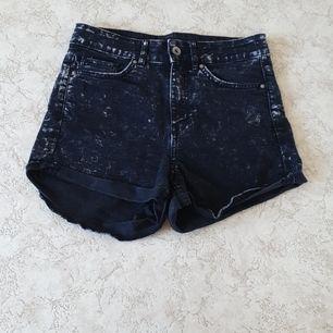 Fint men använt skick. Jeanstyg/fejk-jeanstyg, väldigt mjuka och stretchiga. Fickor fram och bak. Finns i Göteborg, jag har Swish!