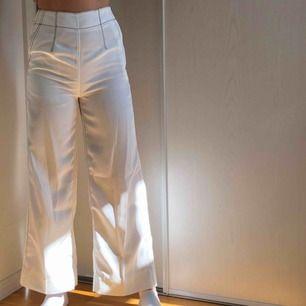 Super fina vita kostymbyxor!!! Jag är 170cm❤️ Frakt får köparen stå för!