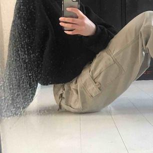 Super snygga beiga cargo byxor, de är väldigt stora i midjan men med bälte så passar de skit snyggt för mig som vanligtvis har xs! Kan mötas i malmö annars står köparen för frakten☺️