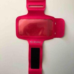 Praktiskt, skönt och snyggt sportarmband för mobilen (iPhone 6, 7 och 8) från soc. Frakten bjuder jag på! Säljer pga ny mobil