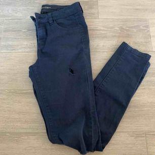 Säljer mina tajta, stretchiga jeans i mycket gott skick! Dom är från Broadway MYC fashion och har hål på knäna och ett på låret!
