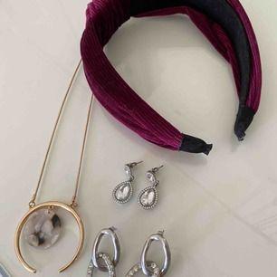 Säljer dessa smycken + hårband i fint skick pga jag inte använder! Diadem- tror h&m, örhängen- ur & penn, glitter, halsband- Gina Tricot Frakten tillkommer!