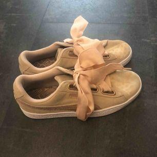 Nytvättade och efter de hade torkat till så upptäckte jag små runda prickar som bilden visar, men kanske kan gå att fixa till med något medel eller dylikt. Helt nya snören på skorna!