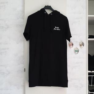 T-shirt klänning från Divided HM, storlek 34 men är väldigt stor. Skulle passa upp till 38. Använd några gånger, fint skick. Frakt inkluderad i priset och jag har Swish, finns i Göteborg!