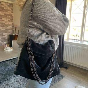 🖤 Svart glittrig väska med två olika längd på kedjor
