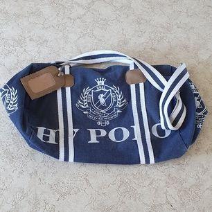 HV Polo väska i jeanstyg, stängs med dragkedja och på insidan har den ett stort extra fack. Facket är inte gjort i jeanstyg men resten av insidan är det. Lite använd. Frakt inkluderad i priset och jag finns i Göteborg med Swish!