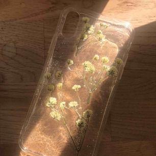 Jättesött iphone skal med blommor och silver, för iphone X och XS!