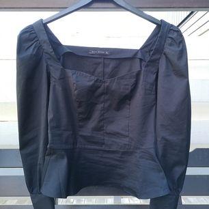 Jättefin blus från zara som jag aldrig använt,  går att både klä upp och klä ner!! Priset är exklusive frakt