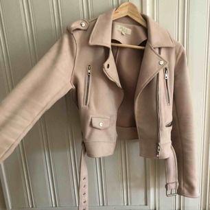 Säljer min fina ljusrosa mocka jacka, tycker inte att första  bilden visar färgen på något bra sätt därav fler bilder. Skriv om du har frågor💘💘🥰🥰