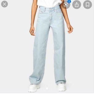 Säljer mina junkyard jeans som är köpta nyligen!Tyvärr va de för stora för mig i midjan:/ Har en liten skada som jag kan visa på bild privat:)  Jag kan frakta å mötas upp i Lund!