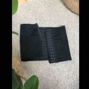 Svart waisttrainer / korsett, snygg och bekväm och väldigt tunn så den syns knapp under kläder, använd fåtal gånger, köparen står för eventuell frakt💕