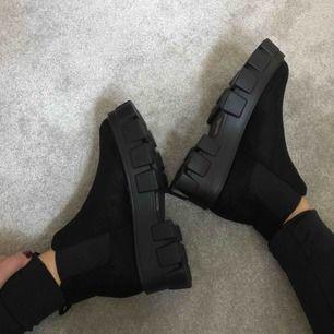 Säljer mina supersnygga helt nya skor från Nasty Gal. Dom är helt oanvända och kommer direkt från kartongen. Säljer då det är fel storlek för mig. Frakt ingår i priset 🌟