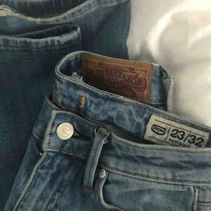 Säljer mina low-waist crocker jeans då dem tyvärr är för små och därför aldrig används. lite små skråmor längst ner på jeansen, annars som nya! Från 350kr,om ingen budat högre än dig inom 24h är jeansen dina 💕