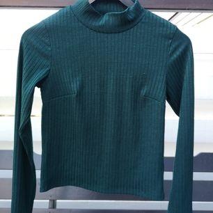 Snygg figursydd crewneck från Gina I skönt, mörkgrönt material, använd 1 gång. Priset är exklusive frakt