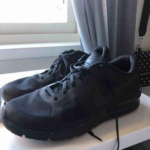 Svarta Nike Airmax sequent. Bra skick och perfekta träningsskor eller vardagliga. Sköna att gå/ springa i men inte använda mycket. Går att buda men köparen står för frakten.